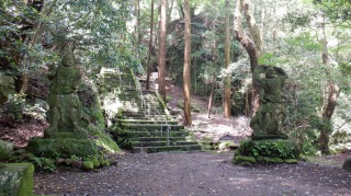 文殊仙寺敷地内にある仁王像