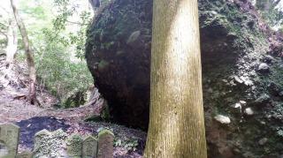 文殊仙寺の階段を登った先にある変わった雰囲気の岩