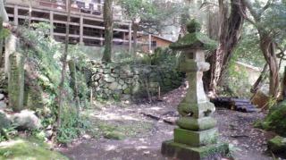 文殊仙寺の奥の院と灯篭