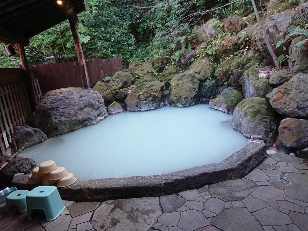 硫黄泉が源泉かけ流しで注がれる露天風呂