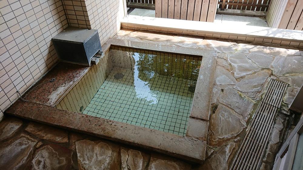 堀田源泉が注がれるこじんまりとした露天風呂
