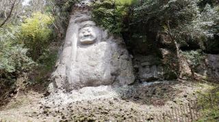 鬼が築いた道の途中にある【熊野磨崖仏】