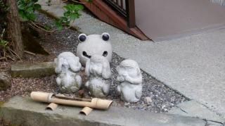 見ざる言わざる聞かざるとカエルの石像