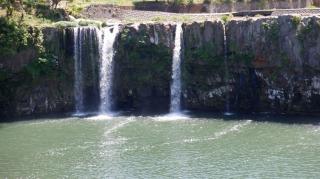 やや水量が少ない原尻の滝の奥川