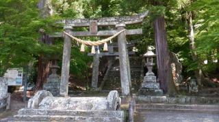 年季の入った鳥居がある二ノ宮八幡社入口