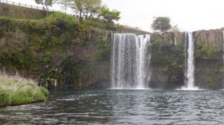 原尻の滝の細いが勢いがある流れ