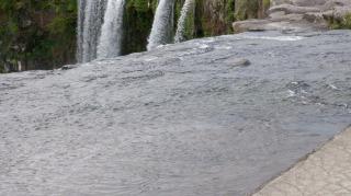 遊歩道から見た上からの原尻の滝
