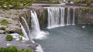 かなりの勢いがある原尻の滝