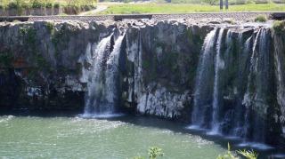 やや水量が少ない原尻の滝