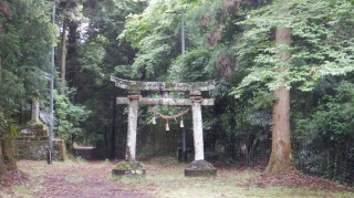 一ノ宮八幡社の鳥居と周辺の光景