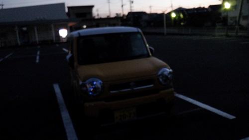 周辺が暗くなりかけている道の駅と愛車