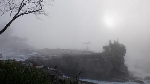 白い道にも見える曾木の滝