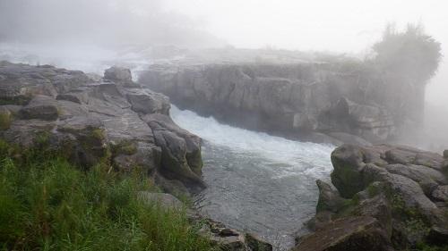 霧に包まれた曾木の滝の光景