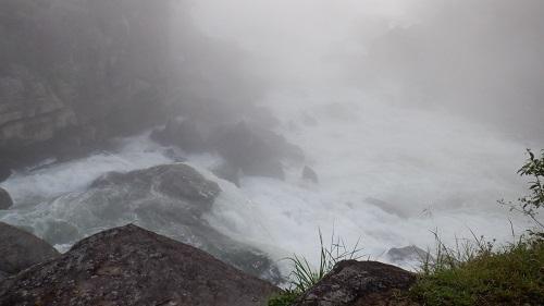 岩にかぶさるように流れる曾木の滝