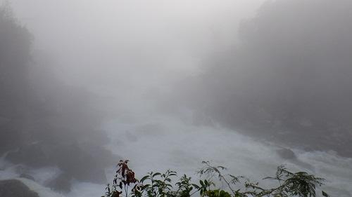 霧に中に浮かぶ曾木の滝の激流