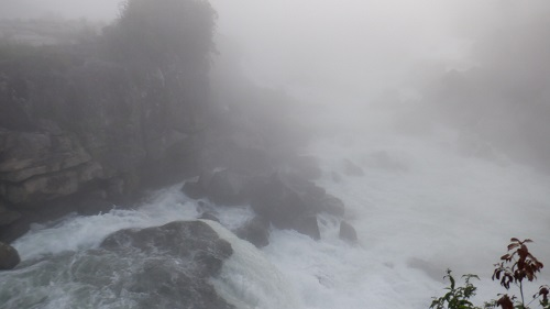 広範囲に激流が広がる曾木の滝