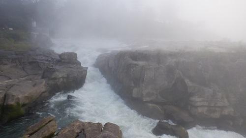 岩の間からも流れる曾木の滝の激流