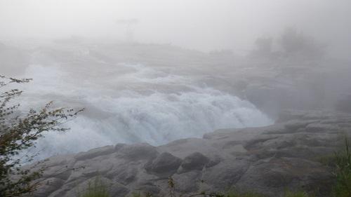 かなりの勢いがある曾木の滝