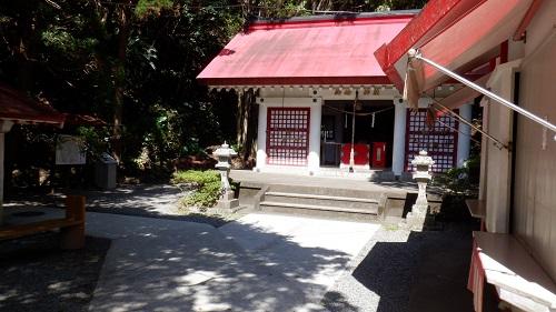 佐多岬の遊歩道内にある赤い屋根の神社