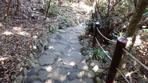 岩を舗装したような遊歩道