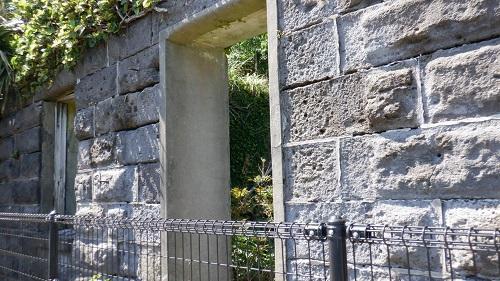 佐多岬灯台守官舎跡の玄関付近の壁