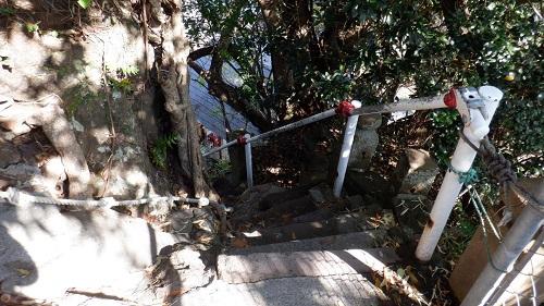 荒平天神の急な下り階段