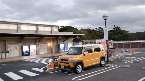 朝になった道の駅と愛車