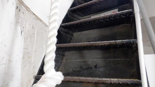 角島灯台展望台への階段とロープ