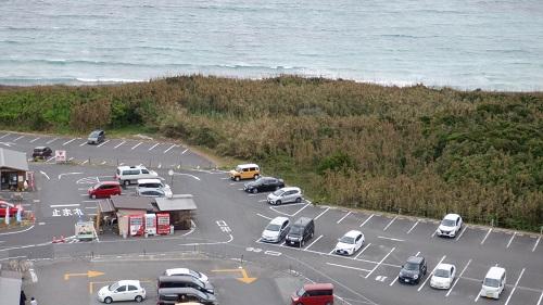 角島灯台展望台から見た駐車場の光景