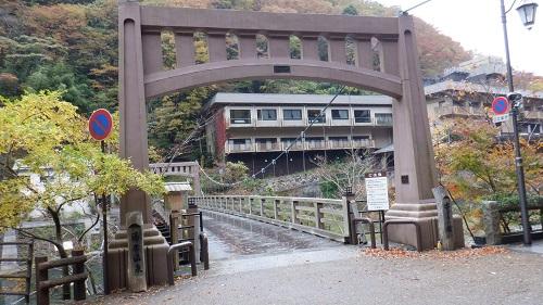 湯原温泉内の川にかかる大きめの橋