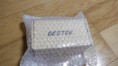 衝撃吸収材に包まれている箱の中にある接続アクセサリー
