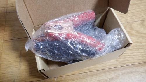 箱の中で梱包されている接続アクセサリー