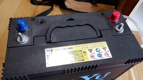 接続箇所の蓋を外したバッテリー