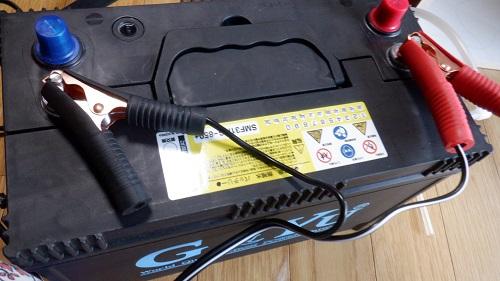 バッテリーの端子と接続するアクセサリー