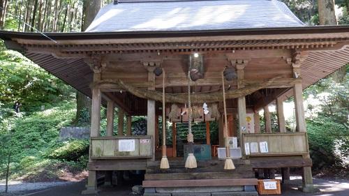 3本の本坪鈴と鈴緒がある上色見熊野座神社拝殿