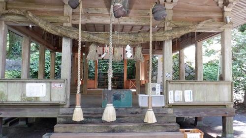 上色見熊野座神社の三本並んだ本坪鈴と鈴緒と賽銭箱がある拝殿