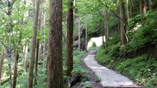 上色見熊野座神社の大風穴に続く遊歩道