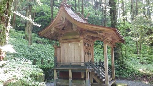 木々に囲まれた上色見熊野座神社の本殿