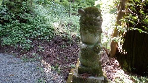 上色見熊野座神社本殿の苔むした狛犬