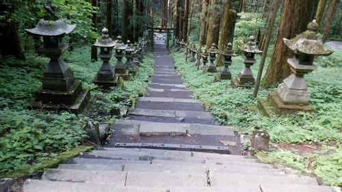 上色見熊野座神社の鳥居と灯篭が並んでいる参道