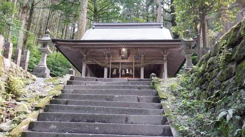 階段から見える上色見熊野座神社の拝殿