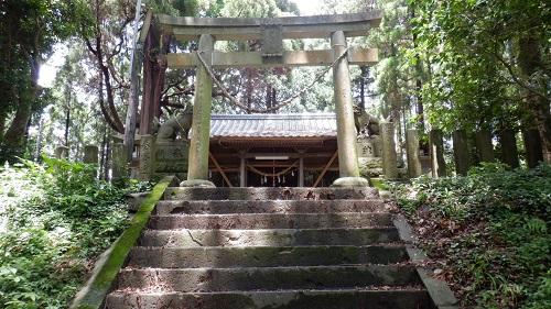 群塚神社の参道から見た鳥居と拝殿