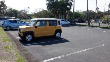 天気の良い日の駐車場と愛車