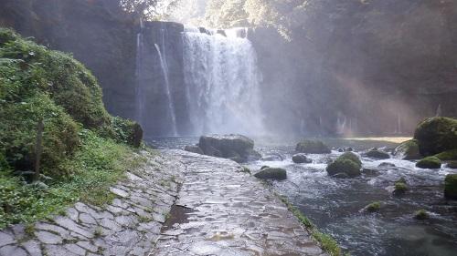 水浸しになっている遊歩道と大滝