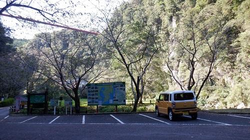 神川大滝の駐車場と周辺の光景