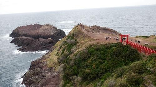 元の隅神社の並んだ赤い鳥居の先にある岩場