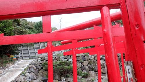 元の隅神社の赤い鳥居の中