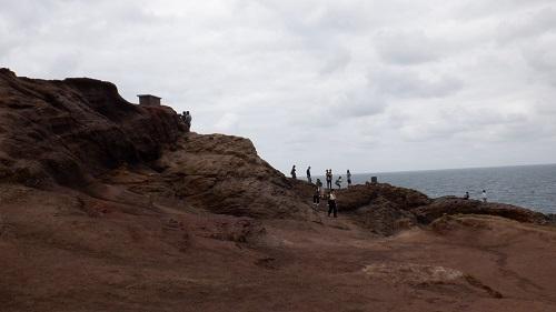 海が近い高い岩場