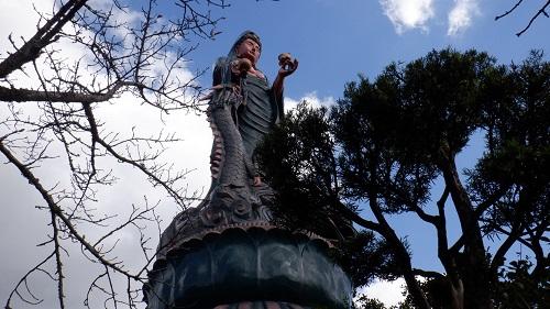 香山昇龍大観音を下から見た光景