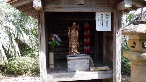 祠に祀られた修行僧の像